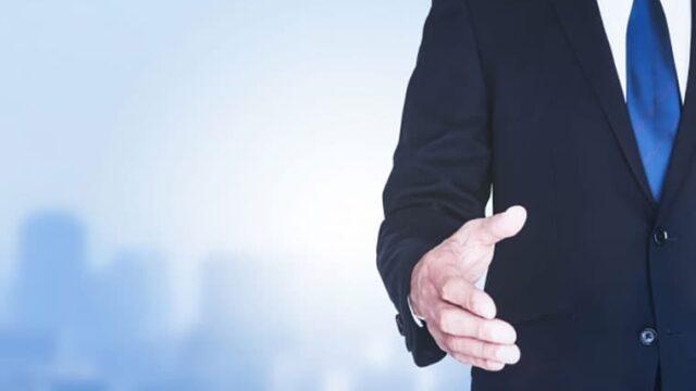 握手を求めているビジネスマン