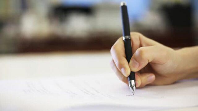 手紙を書いている人